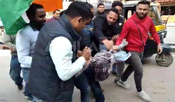Jai Ram के घर Anurag का पुतला जलाने की कोशिश, पुलिस व युकां में हुई छीना झपटी