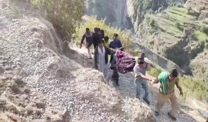 21वीं सदी का Himachal, यहां आज भी कंधों पर उठाकर अस्पताल पहुंचाए जा रहे मरीज
