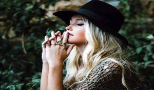 Model का दावा : जरूरत से ज्यादा सुन्दर और Hot हूं, तो Tinder ने कर दिया ब्लॉक