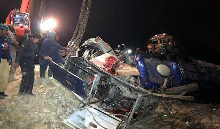 Pakistan: सिंध प्रांत में ट्रेन-बस में जबरदस्त टक्कर, 20 ने गंवाई जान, 60 घायल