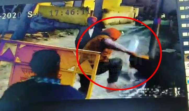 Barrier पर पर्ची काटने पर भड़के युवकों ने पीटा कर्मचारी, घटना CCTV में कैद
