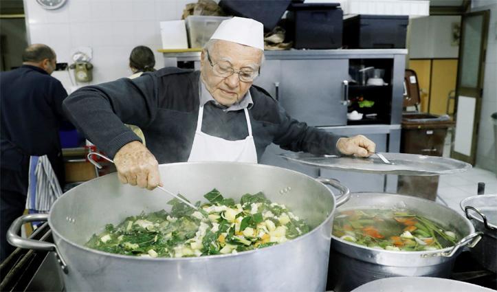 90 साल की उम्र में जरूरतमंदों के लिए बनाते हैं खाना, जानिए इनकी कहानी