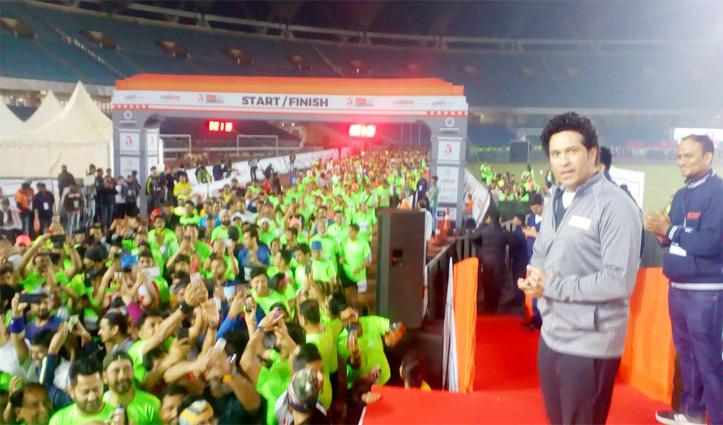 जवाहर लाल नेहरू स्टेडियम से Marathon शुरू, सचिन तेंदुलकर ने दिखाई हरी झंडी