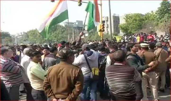 शाहीन बाग से प्रदर्शनकारियों को हटाने के लिए सड़कों पर उतरे लोग