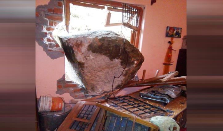 Shahpur में दीवार तोड़कर घर के अंदर घुसा बड़ा पत्थर