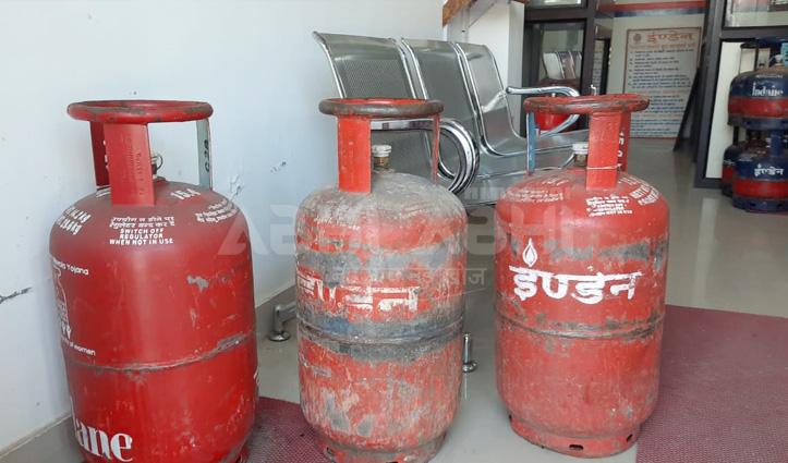 Gas Cylinder के दाम बढ़ने से लोग परेशान, चुकाने पड़ रहे 915 रुपये