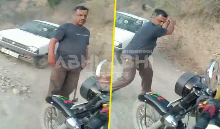 बीच सड़क Car खड़ी कर रोकी Teacher की Bike, फिर कुल्हाड़ी से कर दिया हमला