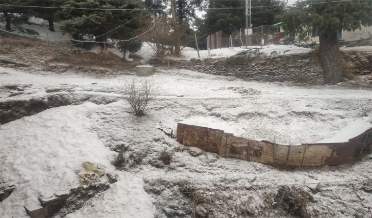 हिमाचल के ऊपरी इलाकों में ठंड का प्रकोप जारी, Narkanda में देखिए बर्फ के नजारे