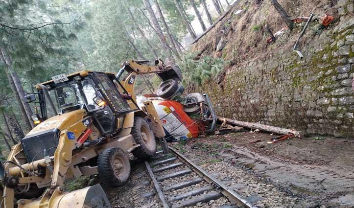 Kalka-Shimla रेलवे ट्रैक पर गिरा तेल का टैंकर, 2 घंटे लेट हुईं ट्रेनें