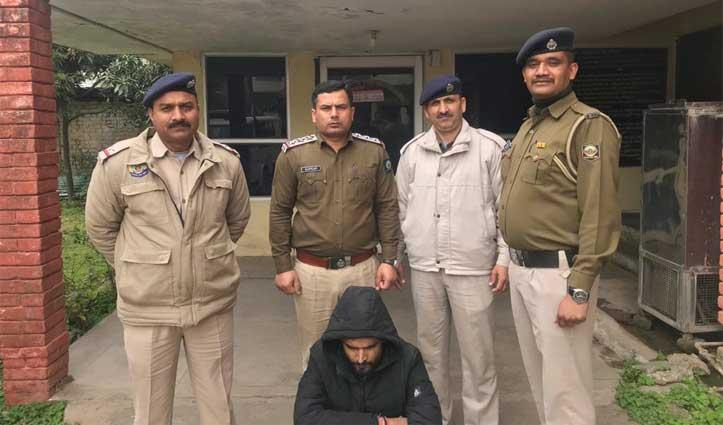 Police ने सड़क पर चल रहे युवक की ली तलाशी तो जेब से निकला Chitta