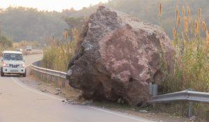 Chandigarh - Manali NH पर बड़ी चट्टान