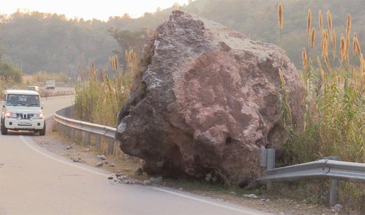 Chandigarh – Manali NH पर बड़ी चट्टान