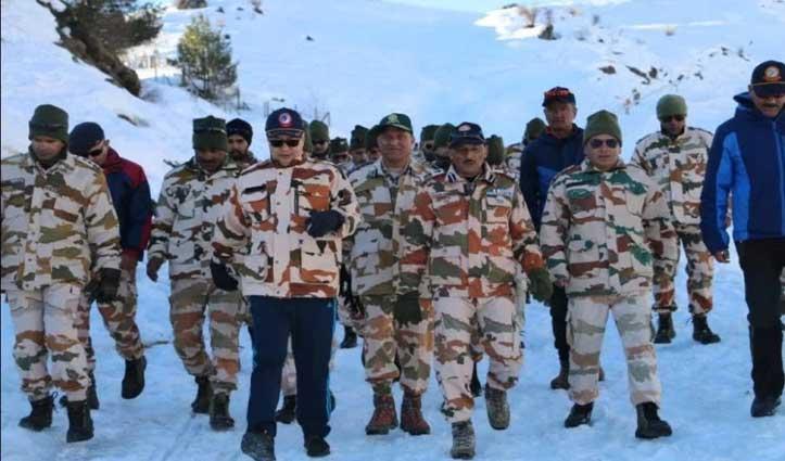केंद्रीय खेल मंत्री किरेन रिजिजू ने ITBP Jawan के साथ औली की वादियों में की सैर