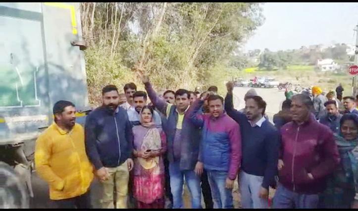 Mukesh के घर सरकार व प्रशासन के खिलाफ सड़क पर उतरी Congress