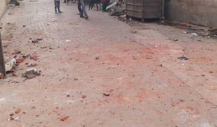शराब पकड़ने गई पुलिस पर ग्रामीणों ने बरसाए पत्थर, मामला दर्ज