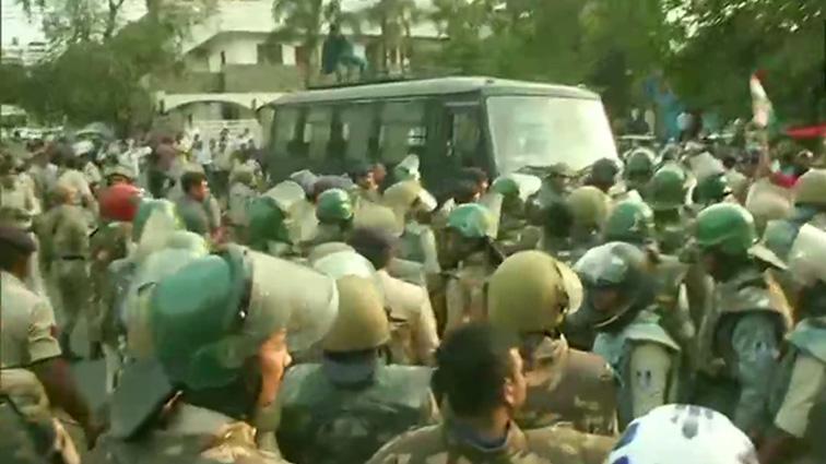 दिग्विजय को हिरासत में लेने पर भड़की Congress,बीजेपी ऑफिस को घेरा