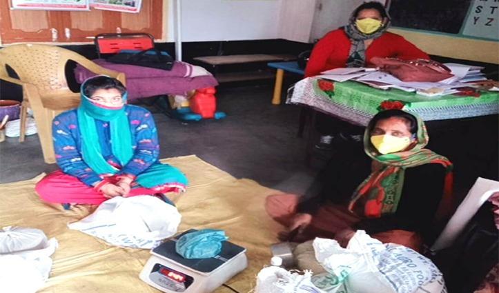 Corona के शोर के बीच Anganwadi workers ने शुरू किया आवश्यक वस्तुएं बांटने का काम