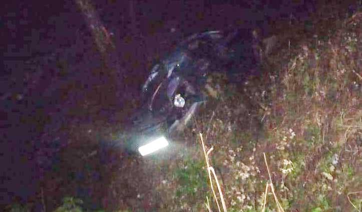 धर्मपुर: दर्शन करने गए लोगों की Car खाई में गिरी, महिला ने गंवाई जान; 5 पहुंचे अस्पताल