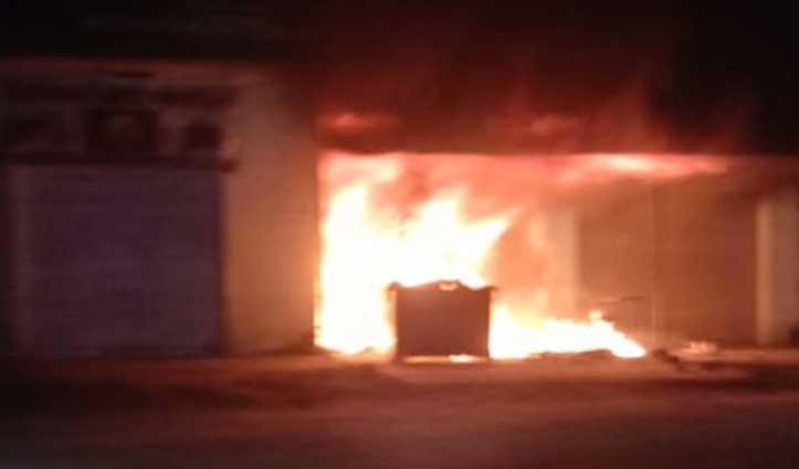 Una के चुरुडु में रेडीमेड कपड़ों की दुकान में भड़की आग, लाखों का नुकसान