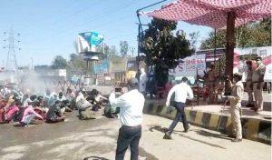 अमानवीयता: बरेली में घर लौट रहे मजदूरों को Sanitize करने के लिए केमिकल से नहलाया, देखें