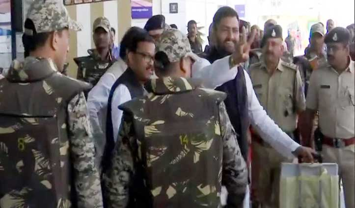 कड़ी सुरक्षा के बीच Bhopal पहुंचे कांग्रेसी विधायक, Kamal Nath ने बुलाई आपात बैठक