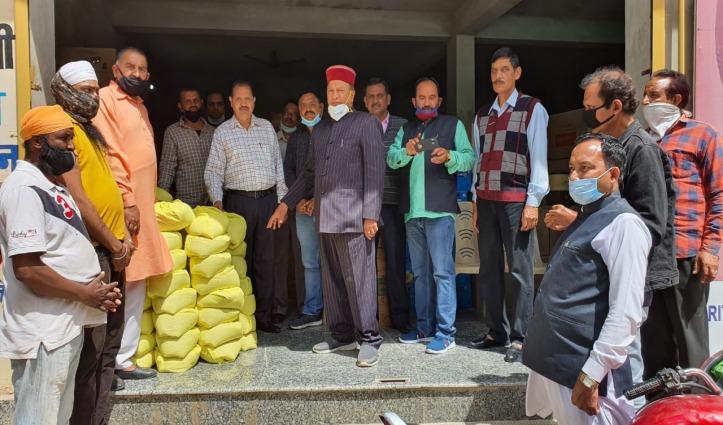 Nahan में बीजेपी कार्यकर्ताओं ने जरूरतमंदों को बांटीं राशन किट