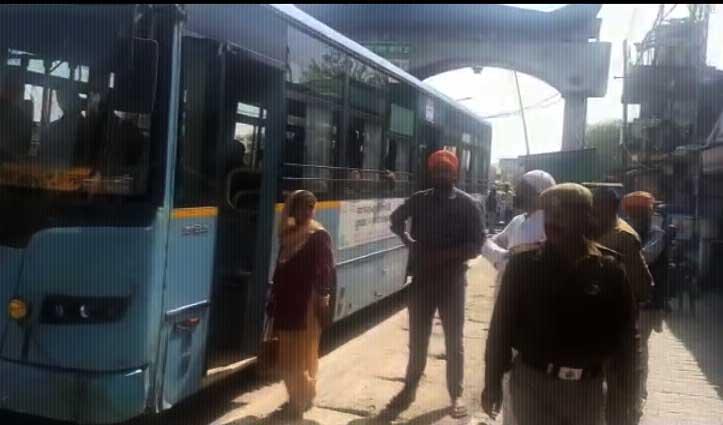 मालवाहक वाहनों में सवारी पर प्रशासन ने लगाई रोक,Barrier पर लगाई Shuttle Bus