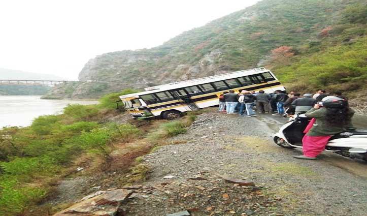 Chamba: सड़क से फिसल कर हवा में लटकी बस, बड़ा हादसा टला