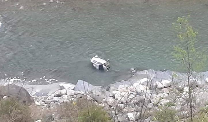Chamba-Bharmour NH पर सड़क से नीचे रावी नदी में जा गिरी कार