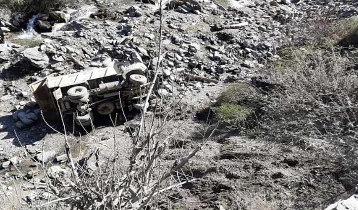 चंबा-होली मार्ग पर अनियंत्रित Tipper सड़क से लुढ़का, Driver घायल