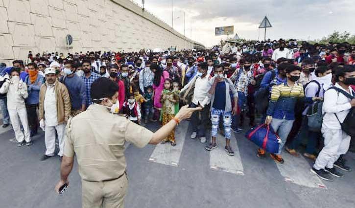 Corona Effect: लॉकडाउन के बीच दिल्ली बॉर्डर पर लगा UP-बिहार के मजदूरों का हुजूम