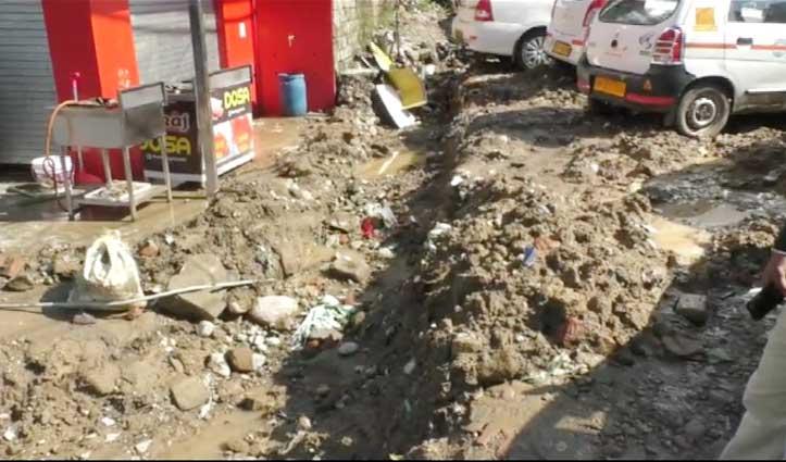 Taxi Stand के बीचों बीच खुदाई से ऑपरेटर्स में रोष, जिला प्रशासन के खिलाफ की नारेबाजी