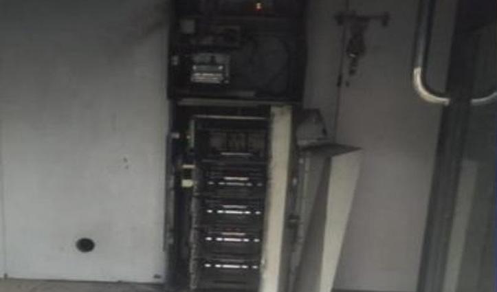 पुलिस लाइन से पचास मीटर दूर ATM से बदमाशों ने उड़ाए 21 लाख रुपए