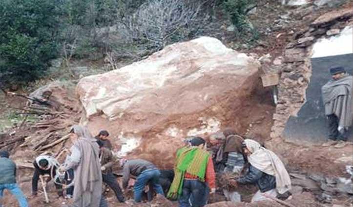 घर पर गिरी चट्टान, मलबे में दबने से एक परिवार के पांच लोगों की गई जान