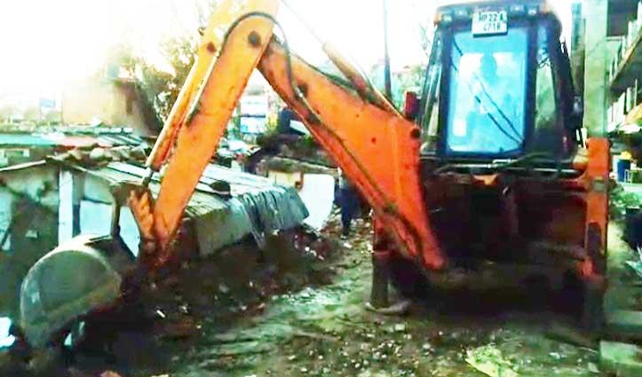 Hamirpur: नए कांप्लेक्स में शिफ्ट हो चुके Shopkeepers के खोखों पर चला पीला पंजा