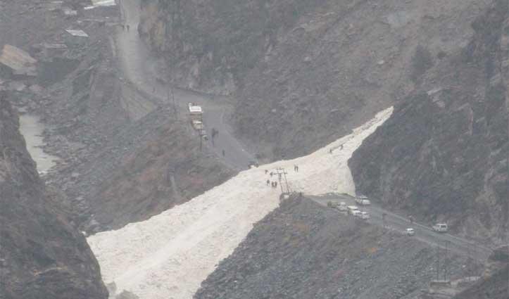 कल्पा में NH-5 पर गिरा Glacier, दोनों तरफ फंसे सैकड़ों वाहन