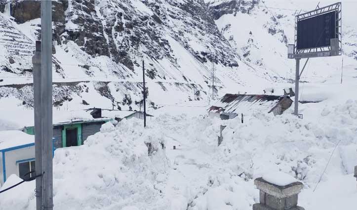 रोहतांग में 3 फीट से अधिक बर्फबारी, Manali भी हुई सफेद
