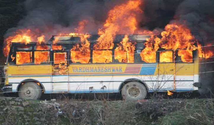चाय पीने उतरे थे ड्राइवर-कंडक्टर, Private bus में भड़की आग
