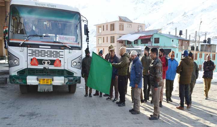 बस को दिखाई हरी झंडी