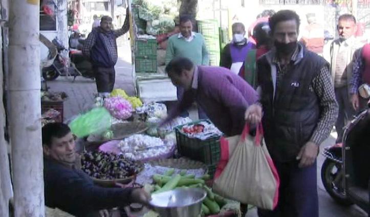 Lockdown घोषणा के बाद सब्जियां और राशन खरीदने उमड़े लोग, मची अफरा तफरी
