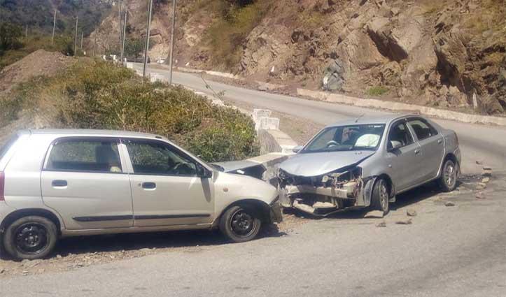 नाहन-कुमारहट्टी एनएच पर आमने सामने टकरा गई दो कारें