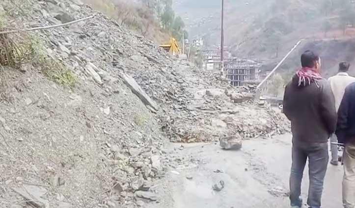 नेरवा-चौपाल मार्ग Landslide से बंद, मलबा गिरने से बस स्टैंड को भी नुकसान