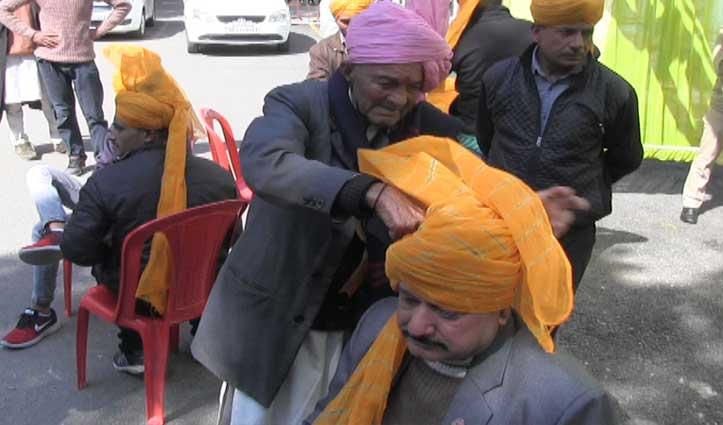 70 वर्ष से लोगों के सिरों पर ताज सजा रहा है Mandi का यह शख्स