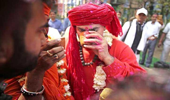 Delhi में अनोखी पार्टी : Coronavirus भगाने को 200 लोगों ने पीया गोमूत्र