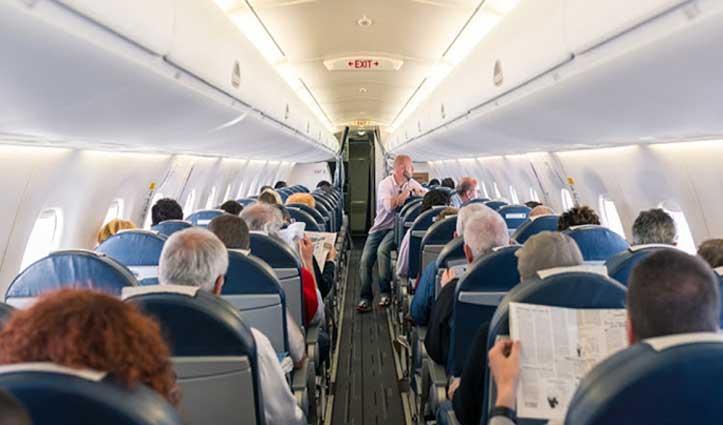 कोरोना का खौफ : प्लेन में Passenger को आई छींक, खिड़की से बाहर कूदा Pilot