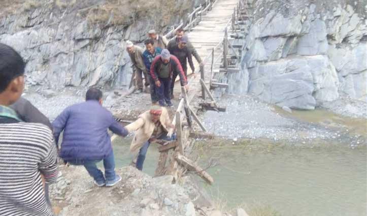 Chamba: अचानक टूटा पुल का फट्टा, रावी में गिरी खच्चर- सड़क पर उतरेंगे लोग