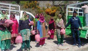 गरीब प्रवासियों के लिए इन लोगों ने बढ़ाए हाथ, घर द्वार बांटा राशन और खाना