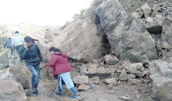 सड़क पर आई चट्टानें, जोगिंद्रनगर-घुमारवीं मार्ग आज फिर हुआ बंद