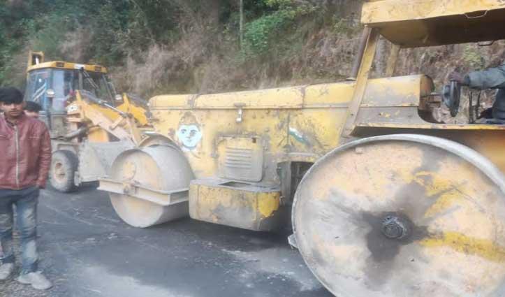 Kullu में बीच सड़क खराब हुआ रोड रोलर, डेढ़ घंटे यातायात रहा ठप