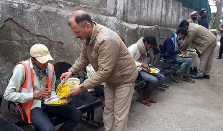 सैंकड़ों किलोमीटर पैदल घरों का रुख कर रहे कामगारों की मददगार बनी Sirmaur पुलिस